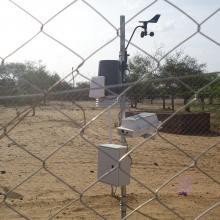 Photo 3 : Station agro-météorologique installée sur le site de la mare d'Oursi par le Projet REP-Sahel de l'OSS