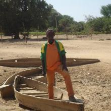 Photo 4 : Le gestionnaire du site présentant les moyens de locomotion des habitants du village de Nogodoum situé au coeur du site pendant l'hivernage