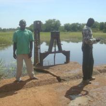 Photo 11 : Séance d'échanges avec le gestionnaire et une personnes ressources du village sur la digue du cours d'eau principal
