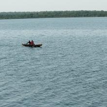 Piroguiers dans le lac du barrage