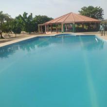 Vue de la piscine et du hall de réception du centre écotouristique