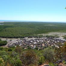 Village d'Ankazomborona et mangroves dans la Baie d'Ambaro