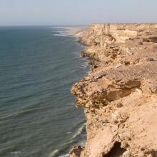 Littoral Aftissate-Boujdour: falaise surplombant directement les eaux océaniques