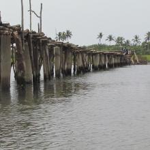Pont de fortune sur la lagune côtière dans la commune de Ouidah